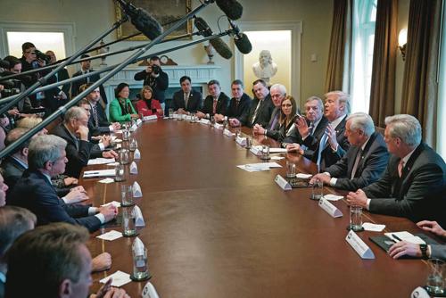Đông đảo phóng viên đưa tin về cuộc họp nhập cư do ông Trump chủ trì. Ảnh: NYTimes.
