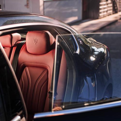 Chủ nhân chiếc xe được ôm ấp nâng niu bởilụa bọc ghế Ermenegildo Zegna với từng chi tiết thủ công được kết tinh từ đôi tay của những nghệ nhân kỳ cựu, cùng sự thăng hoa trong thiết kế không gian nội thất hài hòa với những chất liệu cao cấp như da, gỗ, nhôm, carbon&