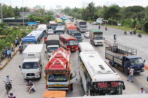 Giao thông trên tuyến Quốc lộ 1A, đoạn qua BOT Sóc Trăng, xã An Hiệp, huyện Châu Thành liên tục tê liệt trong những ngày qua. Ảnh: Phúc Hưng.