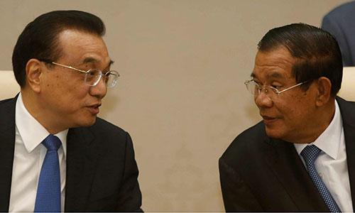 Thủ tướng Trung QuốcLý Khắc Cường (trái)và Thủ tướng Campuchia Hun Sen tạihội nghị Thượng đỉnh Hợp tác Mekong-Lan Thương lần 2 tổ chức ởPnom Penh, Campuchia từ ngày 10-11/11. Ảnh: CCTN.