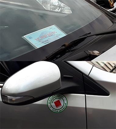 Các xe taxi công nghệ thí điểm ở Hà Nội được dán tem ở cửa và có tên biển xe hợp đồng để ở kính lái phía trước. Ảnh: Phương Sơn