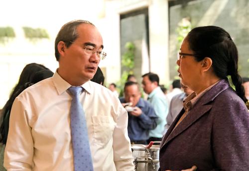 Ông Nguyễn Thiện Nhân trao đổi với đại biểu bên lề Hội nghị về công tác tuyên giáo. Ảnh: Tuyết Nguyễn.