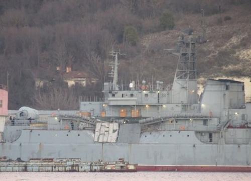 Tàu đổ bộ Yamal bị móp sau vụ va chạm. Ảnh: