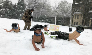 Ông bố Trung Quốc cho trẻ cởi trần lăn giữa tuyết để rèn luyện
