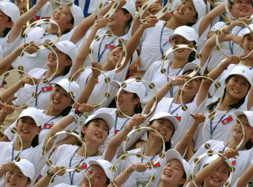 Đội cổ vũ Triều Tiên trình diễn trước một trận bóng đá giao hữu với Đức diễn ra tại Gimcheon vào năm 2003. Ảnh: AFP.