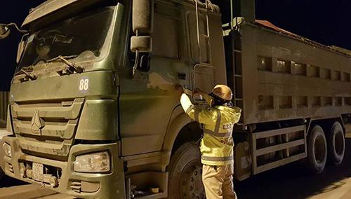 Cảnh sát niêm phong và cẩu xe tải về trụ sở tạm giữ 7 ngày. Ảnh: Sơn Dương