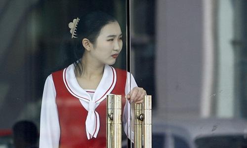 Một nữ nhân viên phục vụ nhà hàng Triều Tiên ở thành phố Đan Đông, Trung Quốc. Ảnh: AFP.