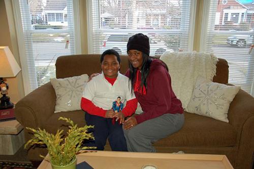 Daeyrs và mẹ, Dionna, trong căn nhà vừa được