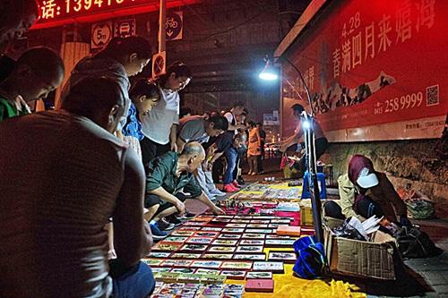 Các sạp hàng bán đồ Triều Tiên bên đường ở thành phố Đan Đông. Ảnh: AFP.