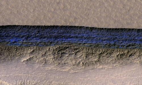 Màu xanh đen của lớp băng ẩn dưới bề mặt hành tinh đỏ. Ảnh: NASA.