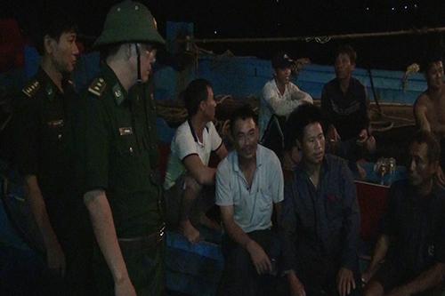 Bộ đội Biên phòng hỏi thăm ngư dân sau một cuộc ứng cứu. Ảnh: Mạnh Hùng