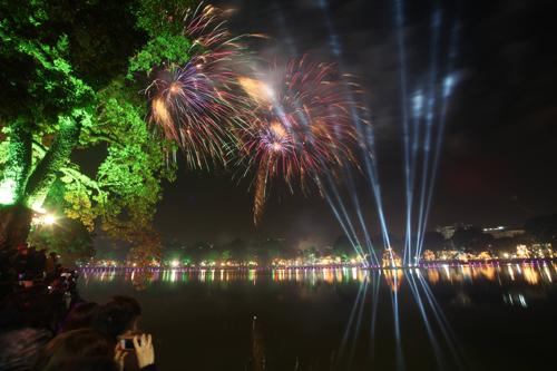 Hồ Gươm là điểm bắn pháo hoa tầm cao dịp Tết Nguyên Đán từ nhiều năm nay. Ảnh minh hoạ: Ngọc Thành.