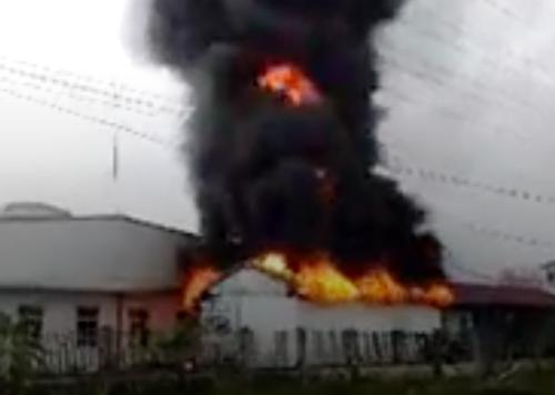 Toàn bộ kho chứa kéo dán đế giầy của Công ty TNHH sản xuất giầy Easily, khu công nghiệp Tân Liên, huyện Vĩnh Bảo (Hải Phòng) đã bị lửa thiêu rụi trong sáng nay. Ảnh: CVT