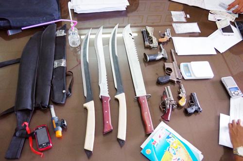 Áo chống đạn, dao kiếm và ma túy trong quán cơm của Thiềng. Ảnh: V. Danh.