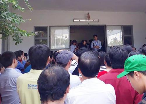 Công nhân tụ tập tại nhà xưởng công ty. Ảnh: Phú Thành.