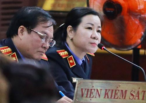 Đại diện VKS thẩm vấn người liên quan. Ảnh: Quỳnh Trần.