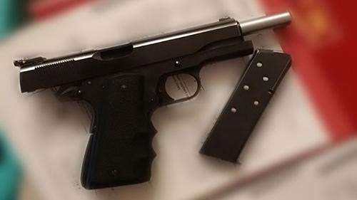 Số tang vật bị tịch thu bao gồm một súng ngắn. Ảnh: Calgary Police
