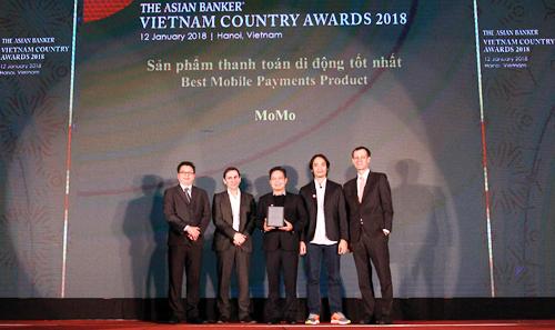 Đại diện ví MoMo nhận giải thưởng Sản phẩm thanh toán di động tốt nhất Việt Nam.