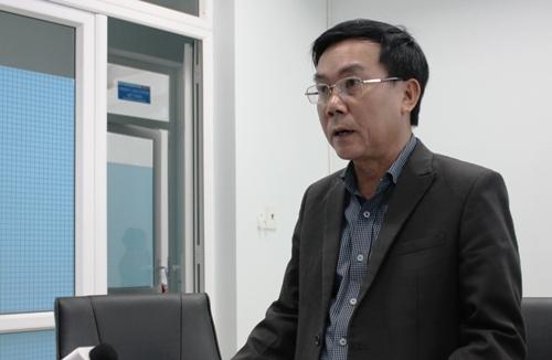 Ông Nguyễn Tấn Đức - Giám đốc Sở Y tế Quảng Ngãi nhận trách nhiệm và xin lỗi người nhà thai phụ. Ảnh: Phương Linh.