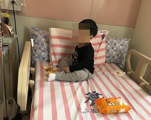 Bé trai đang được chăm sóc trong bệnh viện sau hai ngày không ăn gì. Ảnh:AsiaWire