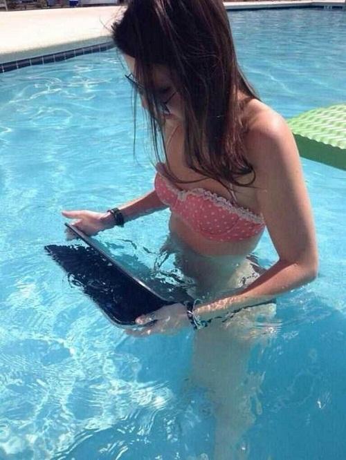 Khi người đẹp vệ sinh laptop.
