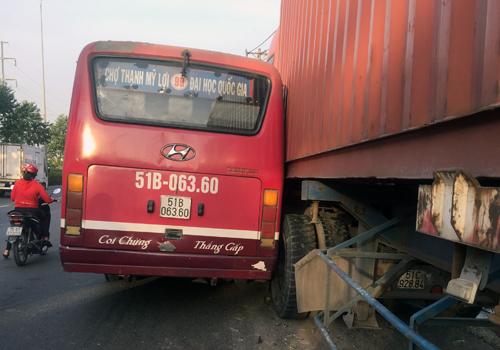 Vụ tai nạn của xe buýt và container sau màn truy đuổi. Ảnh: Tin Tin