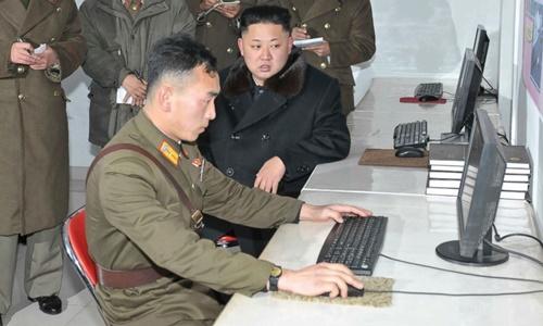 Lãnh đạo Triều Tiên Kim Jong-un quan sát một binh sĩ quân đội thao tác trên máy tính. Ảnh: KCNA.