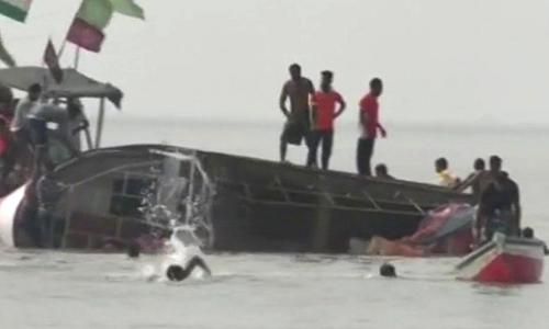 Tàu bị lật ở biển Arab. Ảnh: ANI.