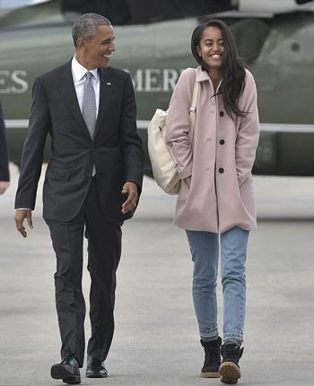 Ông Obama và con gái Malia. Ảnh: AFP.