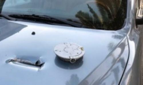Nắp két xăng gây ra vết rách trên nắp capo ôtô. Ảnh: MercuryNews.
