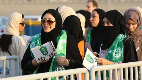 [Caption]fan nữ hôm qua đổ đến sân vận động thành phố Jeddah,