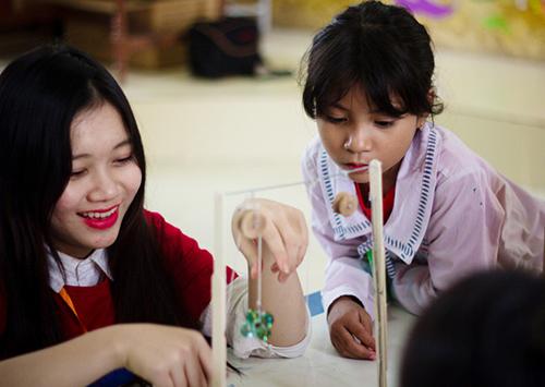 Học sinh thực hành tìm hiểu nguyên lý của hai loại máy cơ đơn giản: đòn bẩy và ròng rọc.