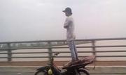 Video hot nhất cộng đồng: Thanh niên đứng trên yên lái xe máy