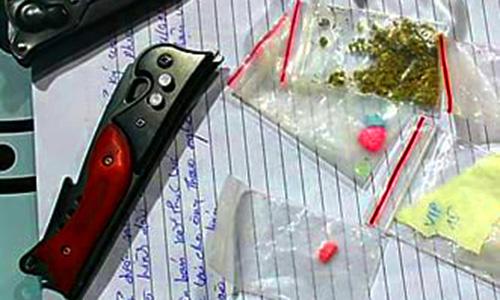 Dao bấm cùng các gói ma túy tổng hợp được phát hiện tại quán bar. Ảnh: Phước Tuấn