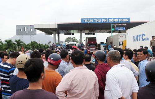 Cảnh hỗn loạn ở trạm BOT Sông Phan chiều 14/1. Ảnh: Tư Huynh.