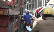 Luồn lách giữa dòng xe container dày đặc ở đường vào cảng Cát Lái