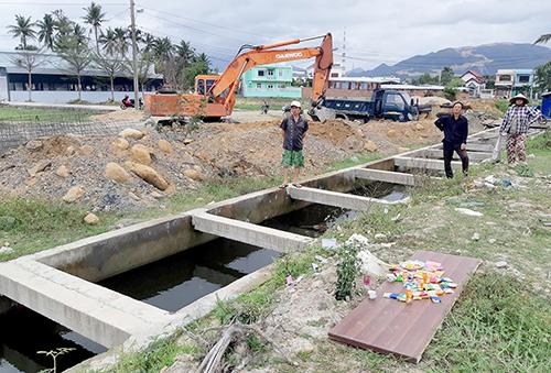 Hố nước trong công trình nơi bé trai tử vong. Ảnh: Xuân Ngọc