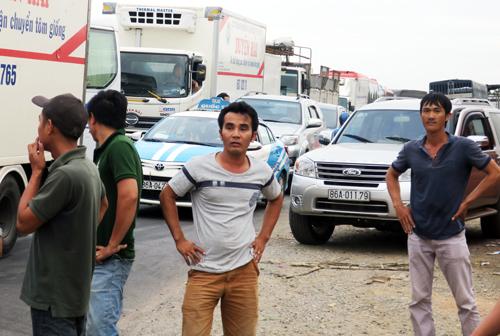 Trước cảnh kẹt xe kéo dài, nhiều tài xế bỏ xe xuống đường chờ đợi. Ảnh: Tư Huynh.