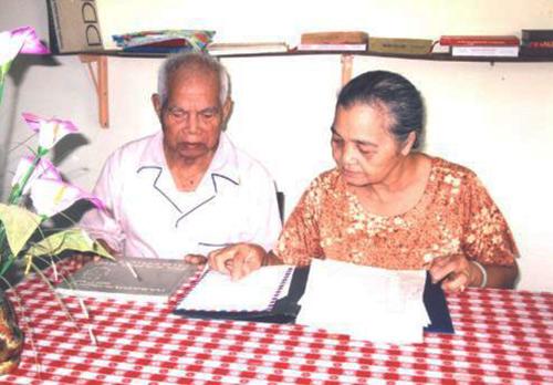 Thiếu tướng Y Blốk Êban cùng vợ ôn lại những kỷ niệm được gặp Bác Hồ. Ảnh: baodaklak.vn