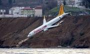 Video hành khách bò ra từ máy bay 'treo' vách đá ở Thổ Nhĩ Kỳ