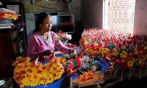 Làng làm hoa giấy phục vụ tục thờ cúng ngày Tết ở xứ Huế