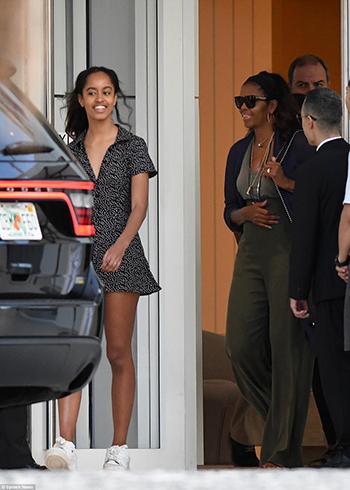 Bà Michelle và con gái Malia khi chuẩn bị rời khỏi Miami. Ảnh:Splash News
