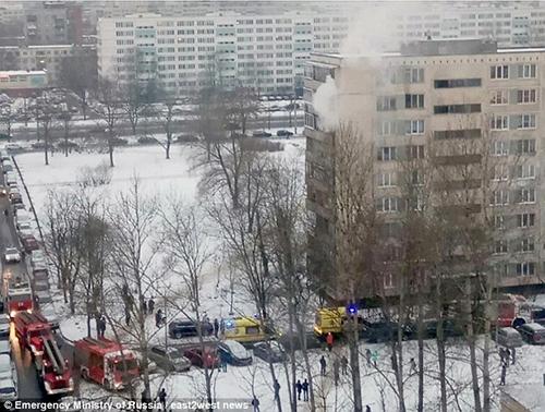 Lực lượng cứu hỏa tại khu chung cư xảy ra vụ việc.Ảnh: Emergency Ministry ở Russia