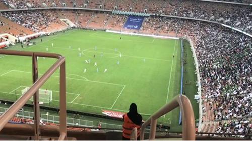 Trận bóng đá đầu tiên cho phép nữ giới đến xem ởsân vận động thành phố Jeddah hôm 12/1. Ảnh:Twitter