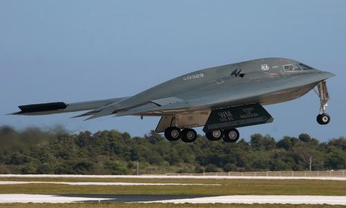 Oanh tạc cơ tàng hình B-2 xuất phát. Ảnh: USAF.
