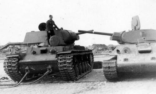 Một xe tăng KV-1 (trái) và T-34 bị Đức thu giữ sau chiến đấu. Ảnh: Wikipedia.