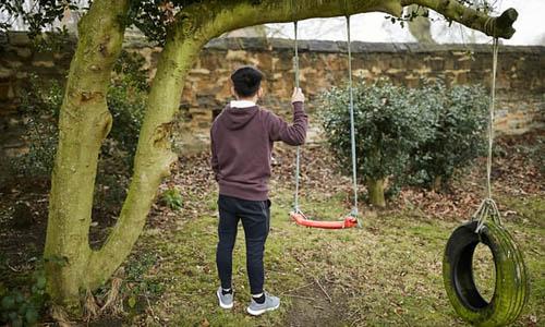 S, thanh niên 19 tuổi người Việt Nam, bị bắt cóc và vận chuyển sang Anh từ năm 10 tuổi để làm nô lệ trong các trang trại trồng cần sa. Ảnh: Guardian.
