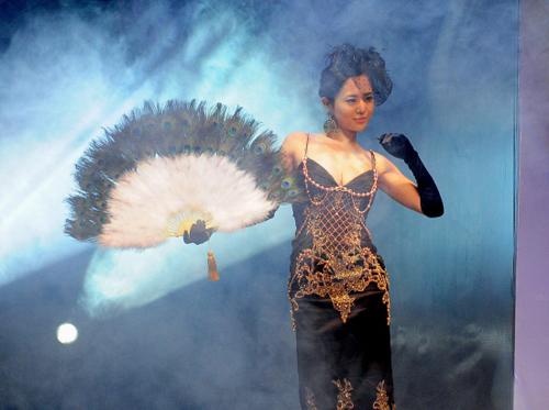 Nữ diễn viên khiêu dâm người NhậtSora Aoi trình diễn tại một sự kiện quảng bá cho thương hiệu Alibba ở Bắc Kinh, Trung Quốc vào29/3/2012. Ảnh: AFP.