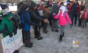Cô bé Mỹ ung thư được hàng trăm người chào đón trở lại trường