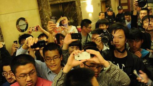Người hâm mộ Trung Quốc chào đón Sora Aoi tại một sự kiện ở Bắc Kinh. Ảnh: CNS.
